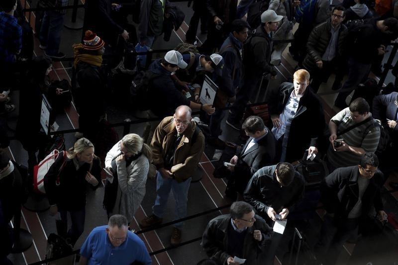 People wait in line to enter a terminal of Ronald Reagan Washington National Airport in Washington January 25, 2016. REUTERS/Carlos Barria